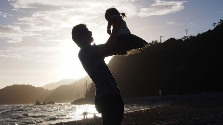 父と子供と海